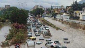 """O """"bombă de apă"""" a lovit orașul Palermo: """"A plouat în 2 ore cât într-un an"""". Imagini cu străzile transformate în râuri"""