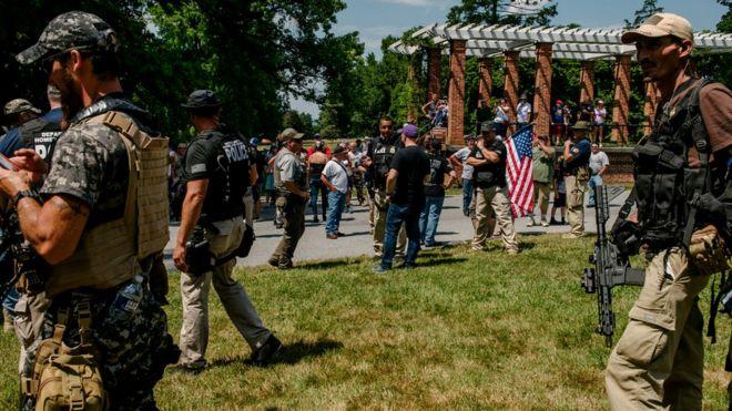 O farsă pe Facebook îi face pe sute de extremiști de dreapta să se strângă, înarmați, în Gettysburg. Reacția lor la aflarea adevărului