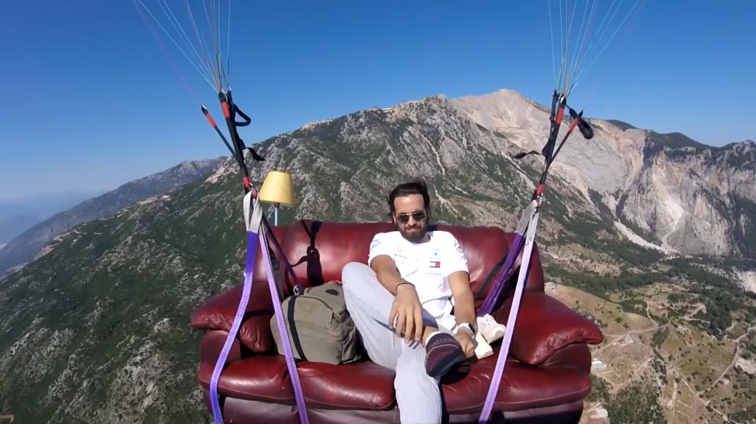 VIDEO Un instructor de paragliding a zburat cu canapeaua și televizorul deasupra Turciei