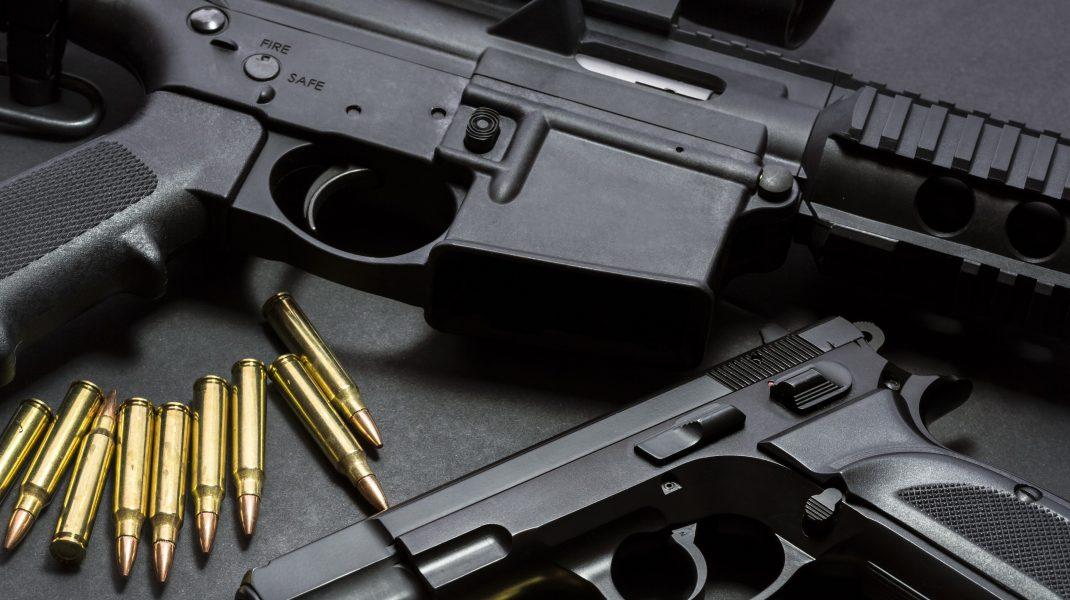 Un irakian din Timișoara produce arme semiautomate cu muniţie de război, la el acasă