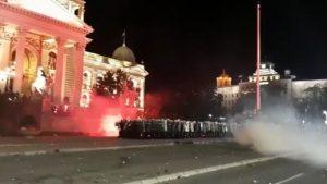 A patra zi de proteste în Belgrad. Sute de manifestanți au încercat să ia cu asalt clădirea Parlamentului