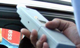 Etilotest folosit de un polițist.