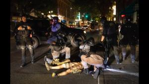 Un alb a fost împușcat în piept în timpul protestelor din Portland. Polițiștii nu l-au putut salva
