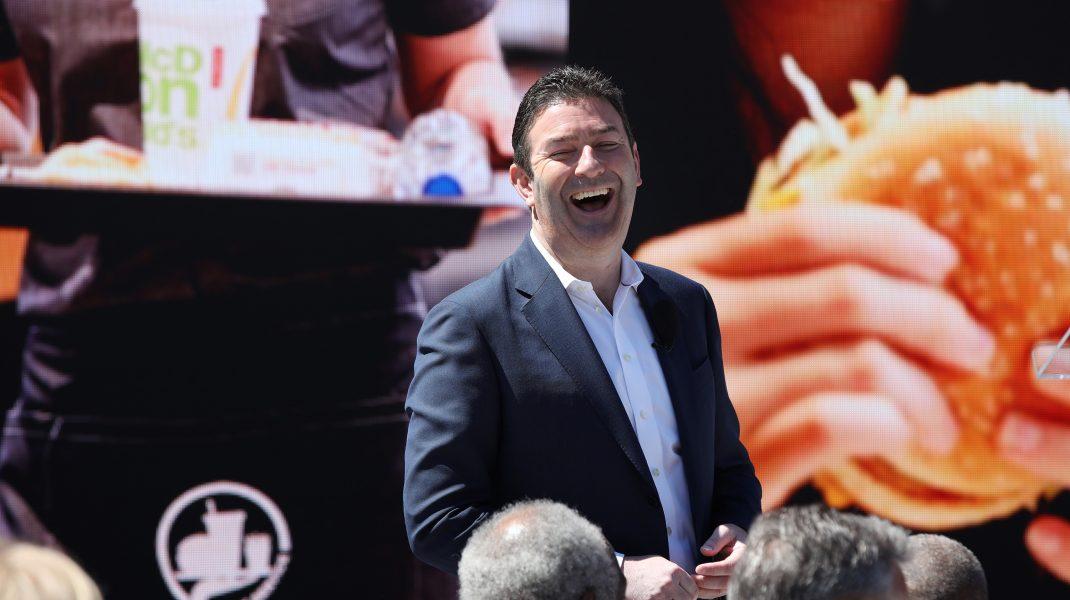 Fostul CEO McDonald's, dat în judecată pentru că a făcut sex cu trei angajate ale companiei