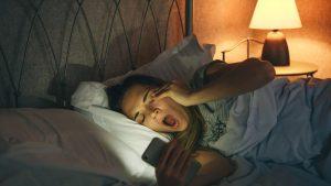 89% dintre respondenții unui studiu britanic suferă de nomofobie. Mesajul medicilor