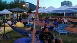 Trei brașoveni au transformat o proprietate privată în parc de lectură și relaxare. Reacția Primăriei