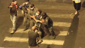 Protestatarii din fața casei lui Netanyahu au fost bruscați și îndepărtați cu forța de polițiști