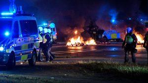 300 de manifestanți furioși s-au confruntat cu poliția după incendierea unui Coran în Suedia