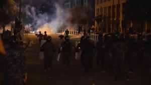 Bătaie între libanezi și polițiști pe străzile din Beirut, în urma exploziei din port