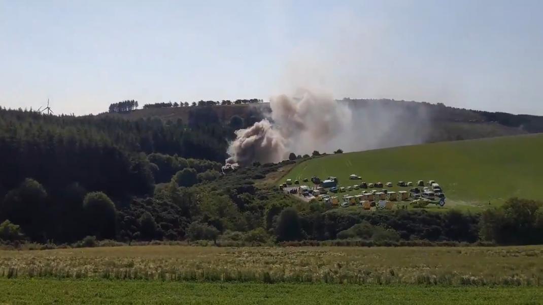 În Scoția, un tren a deraiat lăsând în urma nori groși de fum. Răspunsul autorităților
