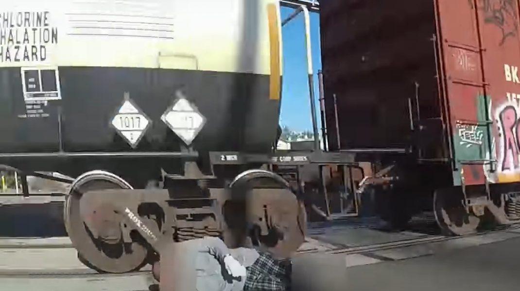 Momentul în care un bărbat este salvat din calea trenului, în ultima clipă, de către o polițistă