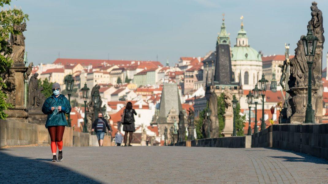Cehii trebuie să poarte din nou masca de protecție în spațiile publice închise, din 1 septembrie