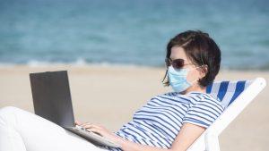 Munca de la birou s-a mutat pe plajă
