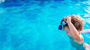 Cât te costă să-ţi înveţi bebeluşul să înoate