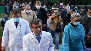 Navalnîi este în comă la spitalul din Omsk. Medicii ruşi spun că nu au găsit urme de otravă