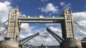 Haos la Londra. Celebrul Tower Bridge s-a blocat în timp ce era suspendat