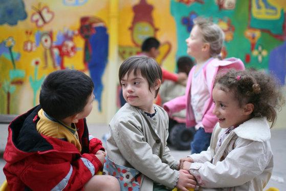 Educația în vreme de Covid pentru copiii cu dizabilități. Cum se adaptează la școala online