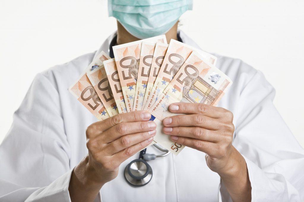 Facultatea de Medicină din București admite studenți cu nota 5. Cât costă locul cu suprataxă