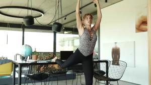 Pilates acasă sau la birou, cu ajutorul unui scaun. Un instructor de yoga și pilates îți explică cum