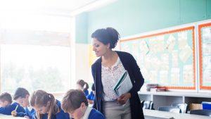 Salariul unui profesor român este cu 27% mai mic decât cel al unui funcționar public