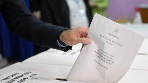 Zeci de mii de candidați se bat pentru un loc de consilier. Ce atrage așa mult la acest post