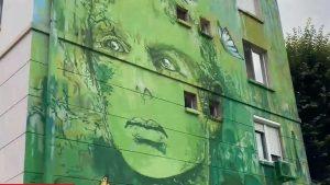 """""""Libertate"""" vopsită pe blocuri. Uite cum transformă doi artiști din Craiova clădirile mohorâte"""