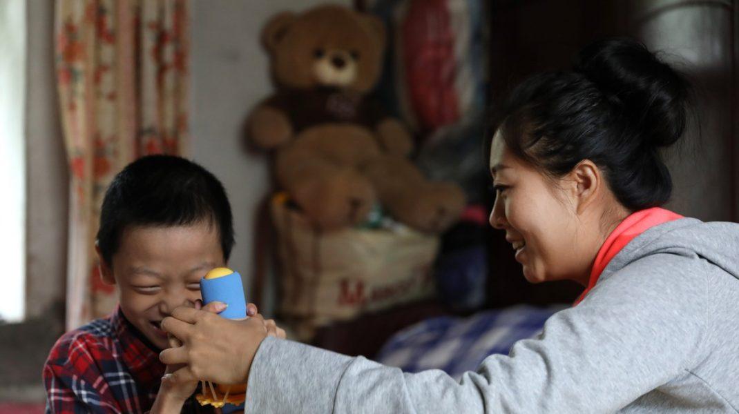 copil chinez si mama lui.