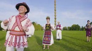 Folclor românesc combinat cu dansuri africane. Mai mulți artiști au dansat Jerusalema lângă Poarta Sărutului