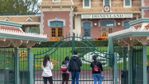 28.000 de angajați ai parcurilor Disney vor fi concediați în urma pandemiei de coronavirus