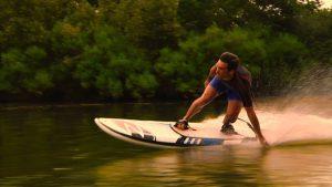 Vrei să te bucuri de senzații tari? Acum poţi să faci surf pe lacurile din ţară