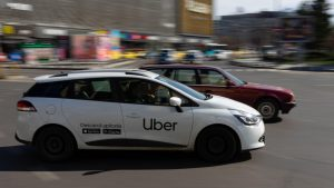 masina uber in piata unirii din bucuresti, romania.
