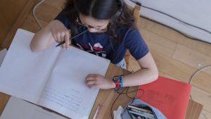 Roșu și la scenariu, și la semnal. Unii elevi vor primi, în loc de lecții online, cursuri în plic, de la poștaș