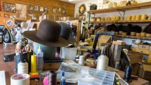 A renunțat la costum și cravată pentru pălării: povestea unui confecționer din Cluj