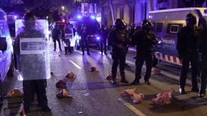 Protest violent în Barcelona: Separatiștii catalani au aruncat cu capete de porc în polițiști