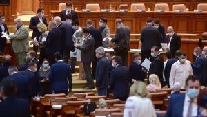 Senatorii primesc laptopuri performante de 4000 de lei, iar elevii tablete modeste de 500 de lei