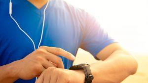 Antrenamentele, mai eficiente dacă ai smartwatch. Monitorizează bătăile inimii, distanţele şi timpul