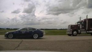 Canadian de 20 de ani, dormea în timp ce conducea o Tesla Model S cu 150 de km/h