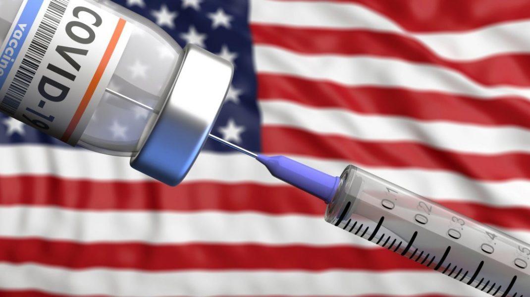 seringa si doza de vaccin cu steagul sua in fundal.