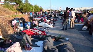 Scene de disperare. După incendiul devastator din Moria, refugiați dorm pe străzi. Răspunsul UE