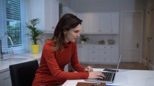 Work from home: Hainele pe care le porți au impact asupra productivității. Explicația psihologului