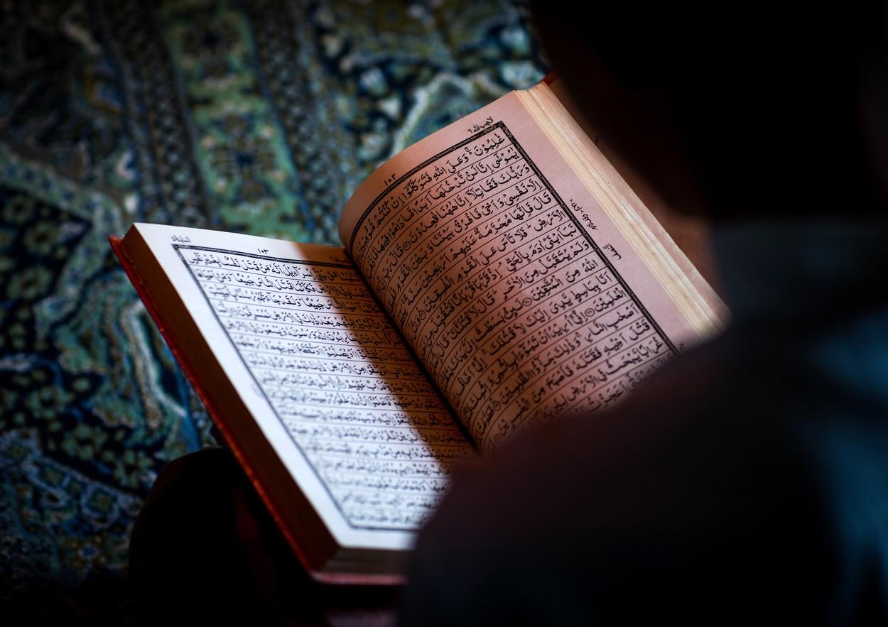 Video. Scene șocante, devenite virale în mediul online. Un bărbat acuzat că a călcat pe Coran, omorât în bătaie și ars