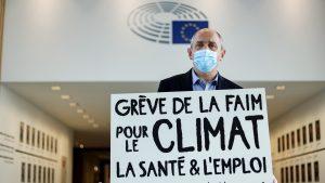 Un eurodeputat francez care cere o taxă UE pe tranzacţii financiare a intrat în greva foamei