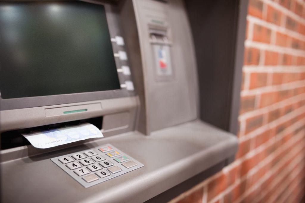 Un șofer a fost dus cu mașina Poliției să scoată bani de la bancomat pentru șpagă