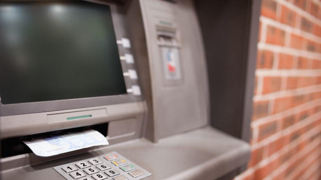 Jaf la o bancă din județul Vrancea. Hoții au distrus un bancomat și au furat bani