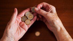 Creșterea pensiilor cu 40% îi va sărăci și mai mult pe cei săraci