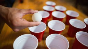 VIDEO Beer pong cu susul în jos: Câțiva tineri aruncă cu pahare în mingi. Cum au făcut asta