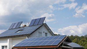 Casă cu panouri solare