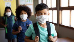 Copii cu mască