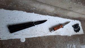 O fată de 16 ani a intrat în curtea unui liceu din Pitești cu două cuțite și un pumnal