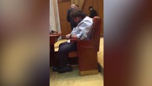 Parlamentarii care dorm în plen primesc tratament diferit: PSD versus USR